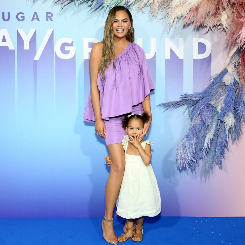 "Chrissy Teigen publica video de Luna interpretando ""NASA"" de Ariana Grande"