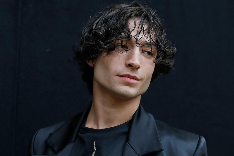 Ezra Miller parece atacar a una fan en video viral